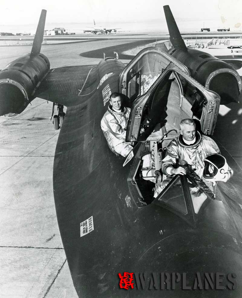 Lockheed-SR-71-Blackbird-crew-setting-new-world-speed-record